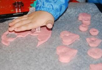 малыщ изучает материал для лепки