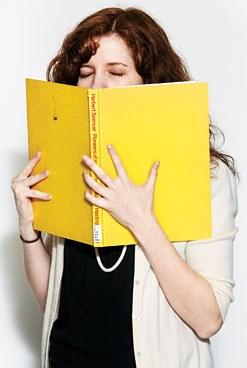Держит в руках книгу