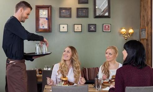 Официант обслуживает девушек