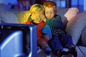 Мальчик закрывает девочке глаза