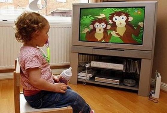 Девочка смотрит мультфилм