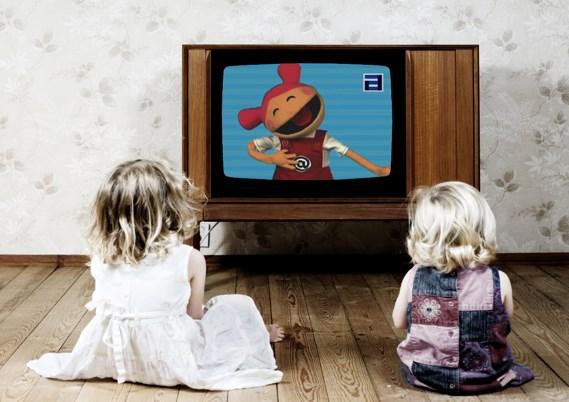Дети сидят перед телевизором
