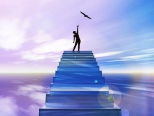Мужчина на вершине лестницы